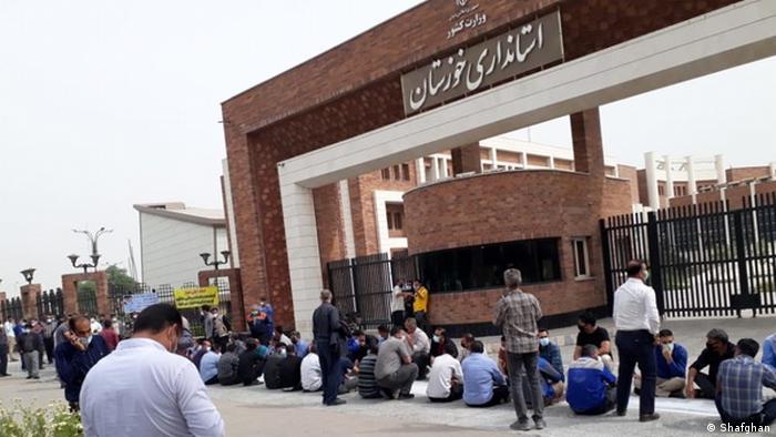 تجمع اعتراضی کارگران مقابل استانداری خوزستان به خاطر دستمزدهای عقب افتاده